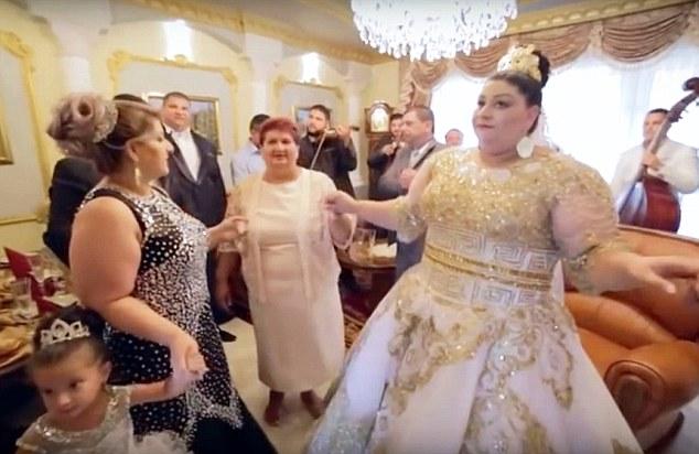 По словам гостей, сама церемония обошлась в какие-то жалкие 39 тысяч долларов. Ну это, видимо, без р