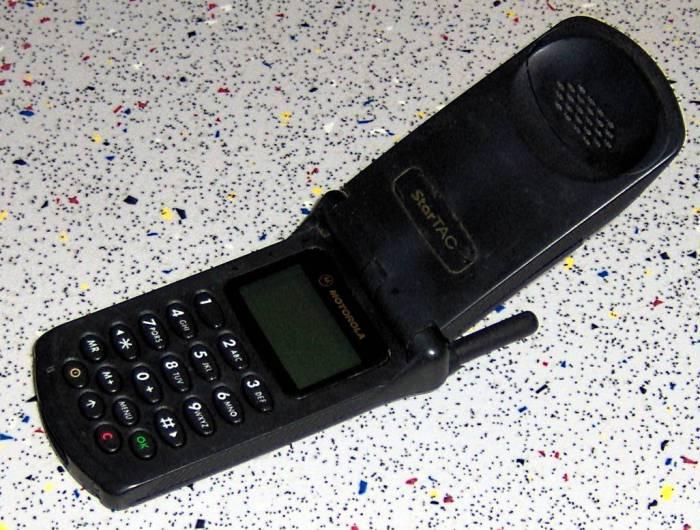 Motorola StarTAC (1996) Motorola StarTAC был первым телефоном в знаковом форм-факторе