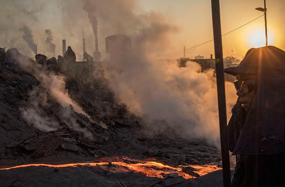 10. Расплавленный металл оставляет в воздухе вредные газы. (Фото Kevin Frayer):