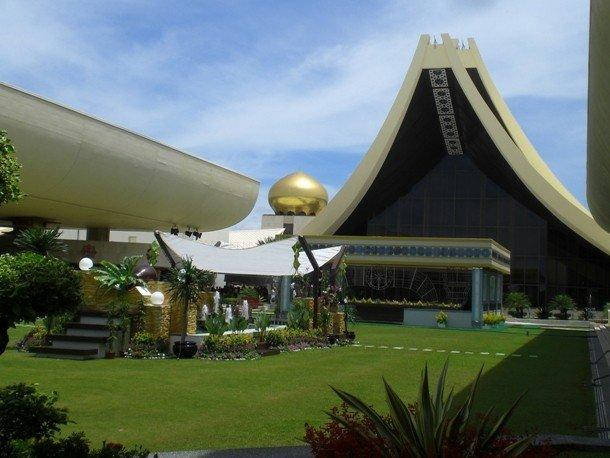 17. Истана Нурул Иман, Бруней К югу от Бандар-Сери-Бегаван, столицы Брунея, находится дворец Истана