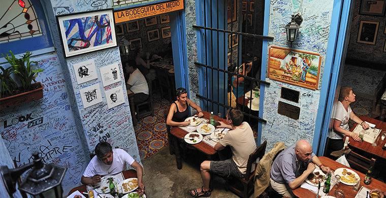 В Гаване есть кафе, которые расположены прямо на первых этажах жилых домов. В таком заведении хозяин