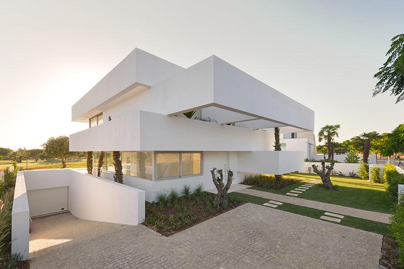 Белоснежный консольный дом в Португалии (19 фото)