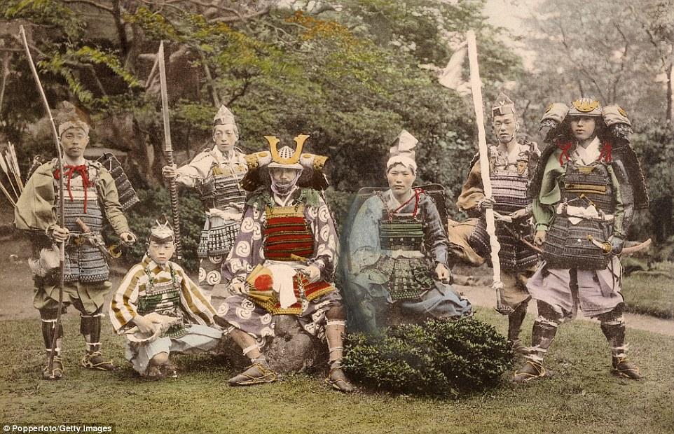 Группа самураев в старинных доспехах и с оружием, около 1870 года. В XV и XVI веках существовало мно
