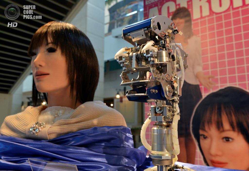 Япония. Токио. 7 февраля. Демонстрация робота Actroid в штаб-квартире компании Sanrio. (Yoshikaz