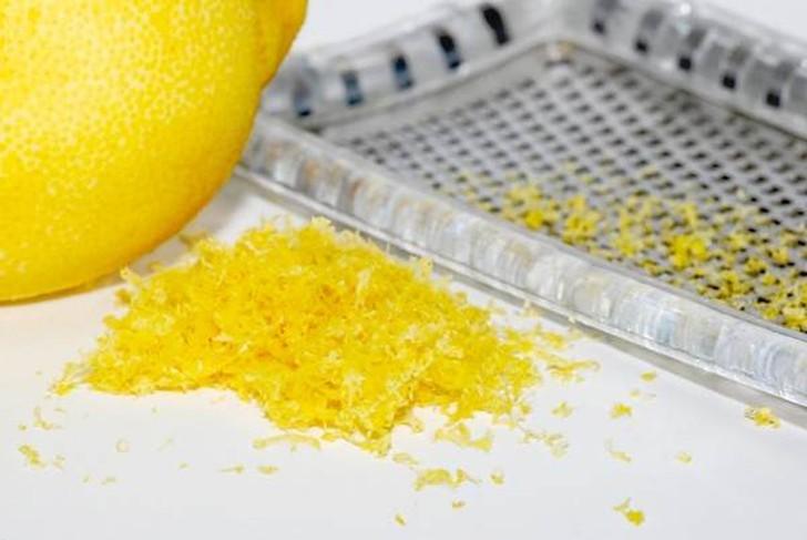 13. Универсальная приправа Создайте приправу из лимонной цедры. Просто натрите цедру на мелкой терке