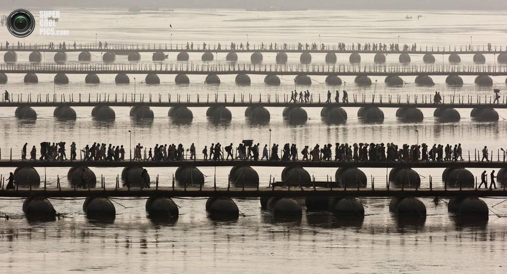 Индусы пересекают понтонные мосты на реке Ганг.(REUTERS/Ahmad Masood)