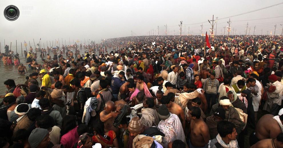Многомиллионная толпа купается в Сангаме.(AP Photo/Manish Swarup)