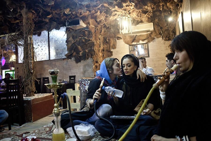 8. Девушки курят кальян, что было запрещено делать в общественных местах.