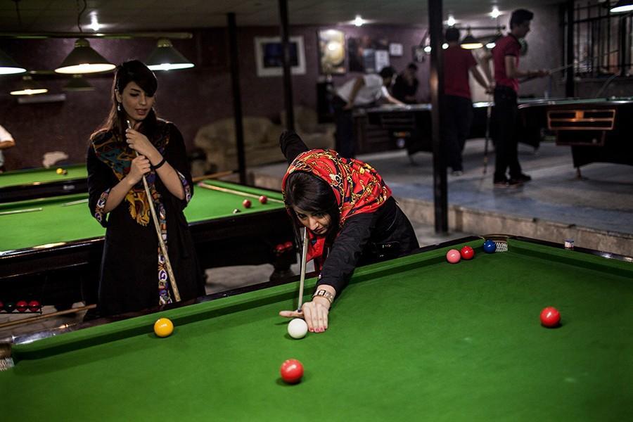 7. Девушки играют в бильярд в зале отдыха для мужчин, куда девушкам вход строго-настрого воспрещен.