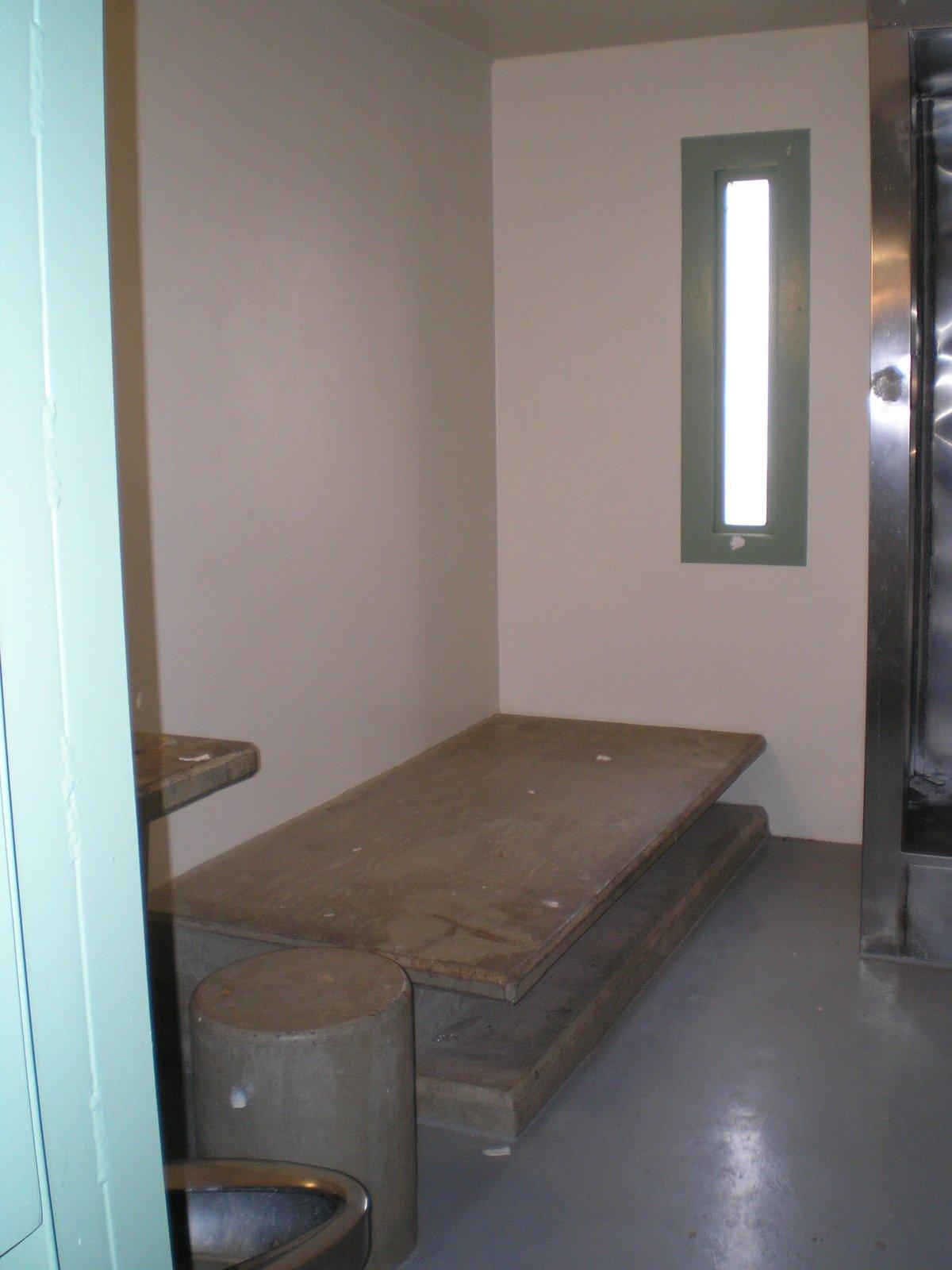 В камерах в SHU бетонная кровать рядом с туалетом и небольшое окно.