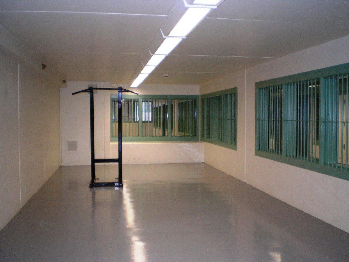 Закрытое помещение для упражнений заключенных. Узников могут временно лишить подобного права на срок