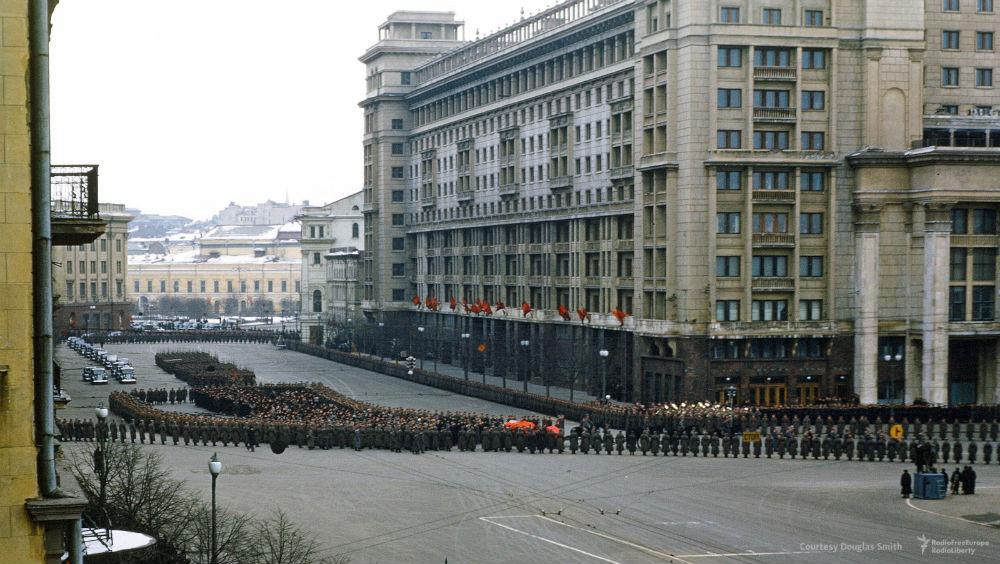 Далее следует процессия из десятков высокопоставленных лиц — членов Политбюро и других высших чиновн
