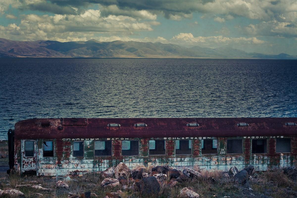 25. На берегу Севана, как будто упавший с луны, стоит ржавый спальный вагон.