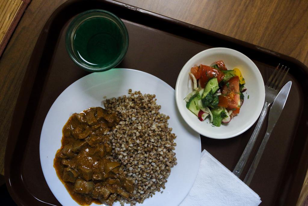 Обед из двух блюд с тем самым тархуном стоил 220 рублей. Предвосхищая все ваши вопросы: с едой все х
