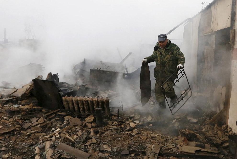 12. Местные собаки, поселок Шира, Хакасия, 13 апреля 2015. (Фото Ilya Naymushin   Reuters):