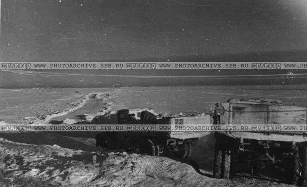 Грузовые автомашины выходят на зимнюю дорогу. Январь 1942 г.