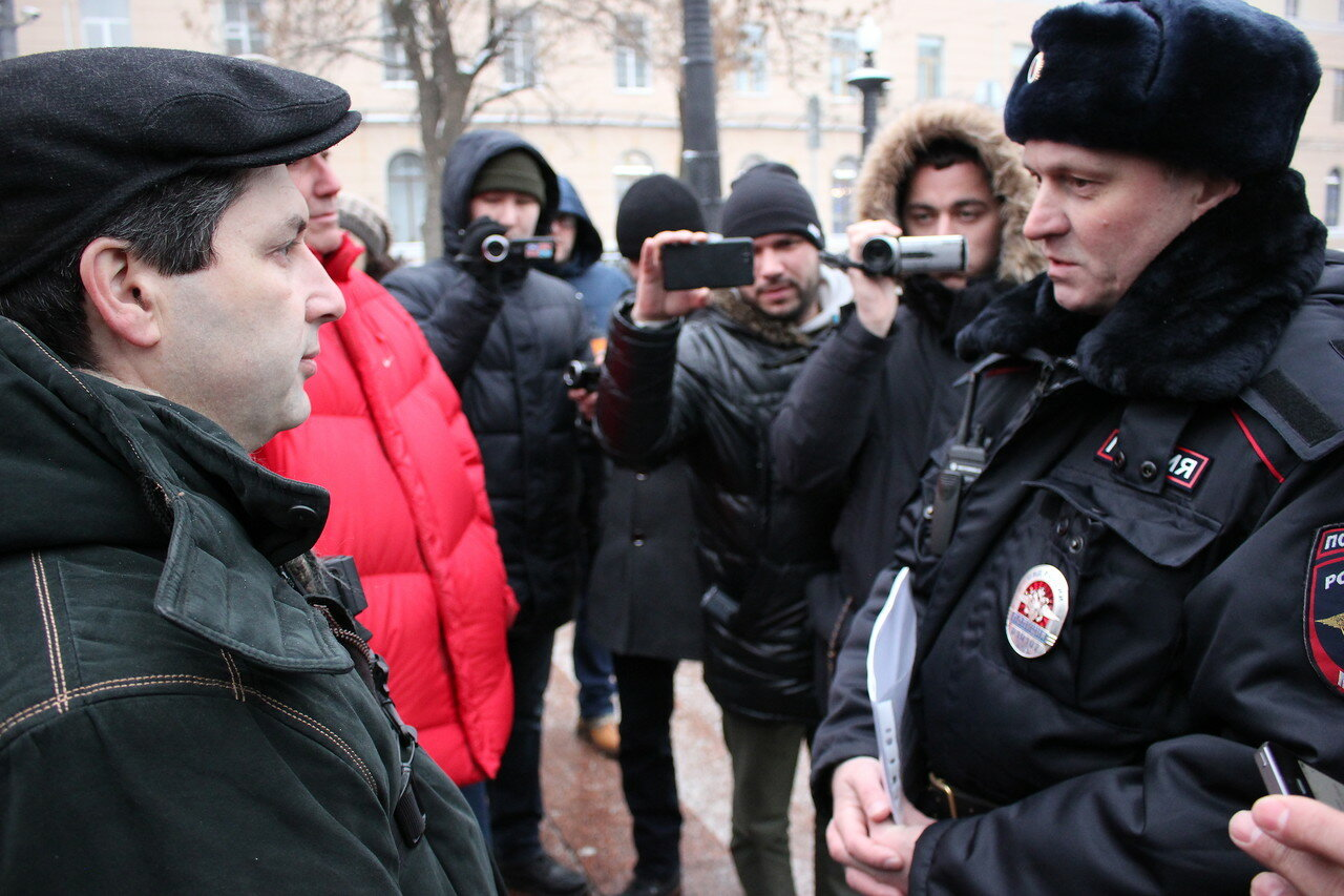 Полицейский предупреждает Марка Гальперина