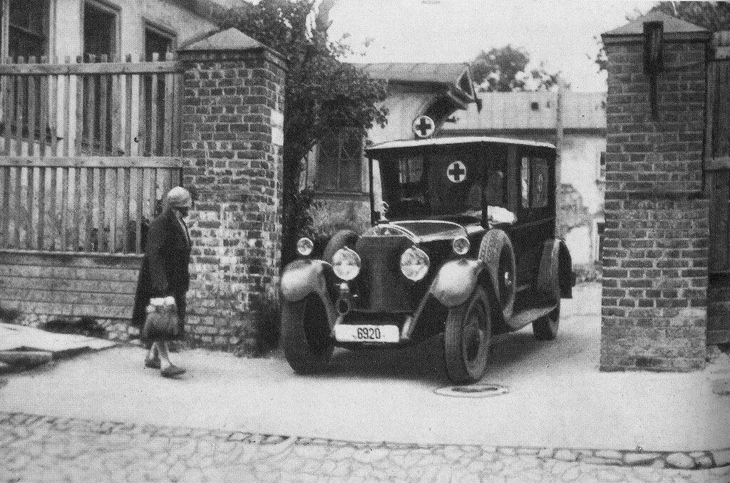 30214 Скорая помощь выезжает на вызов 1-й Коптельский. 1927.jpg