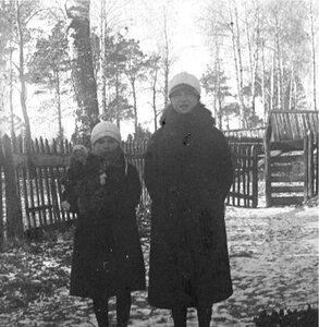 Две девочки в сельском дворике