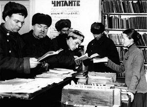 Челябинск. Рабочие Челябинского железнодорожного узла получают книги в библиотеке. 1934