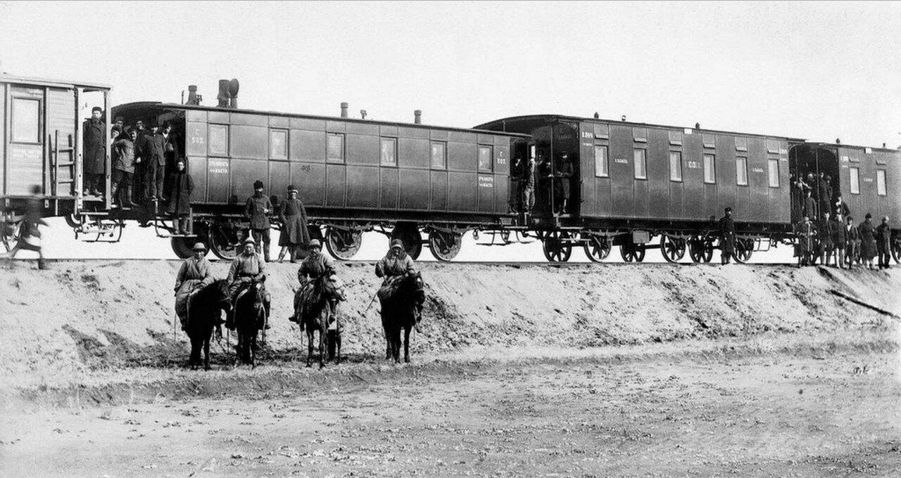 1890-е, Пассажирский поезд и группа киргизов кочевников