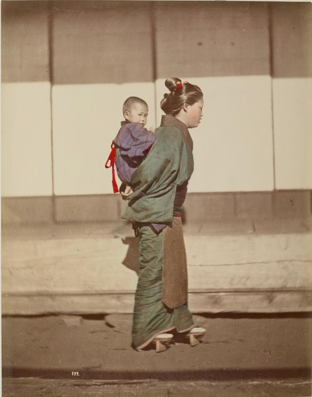 Молодая женщина с ребенком на спине