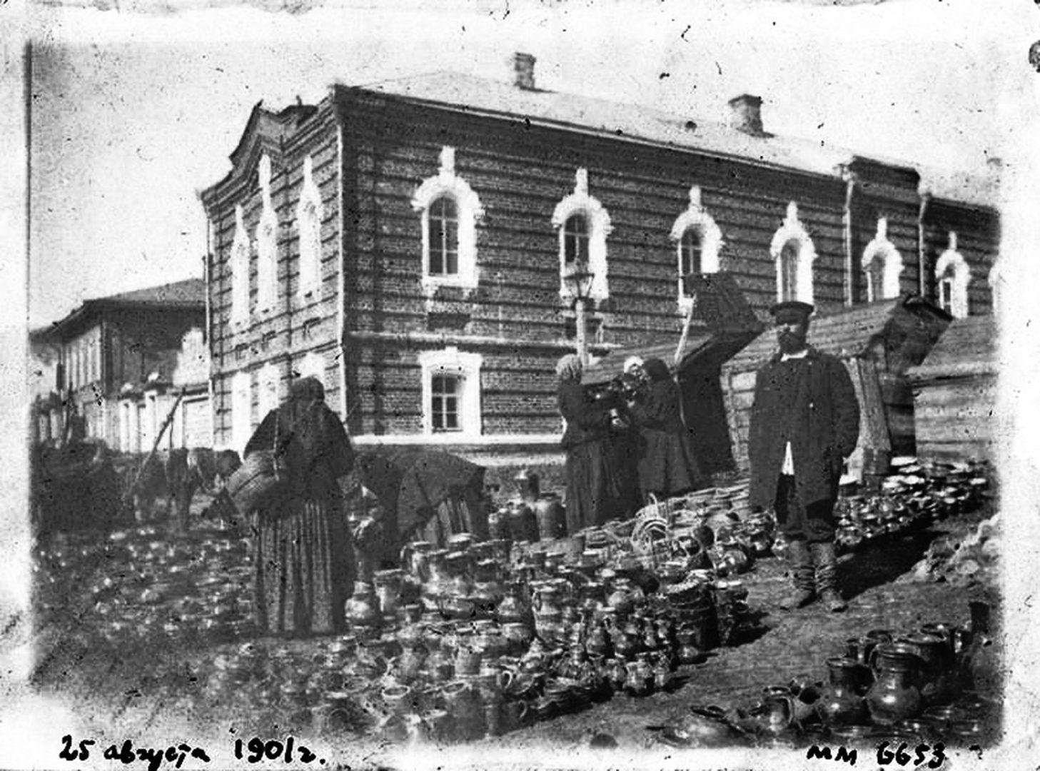 Горшечники у стен Троицкого монастыря. 1901