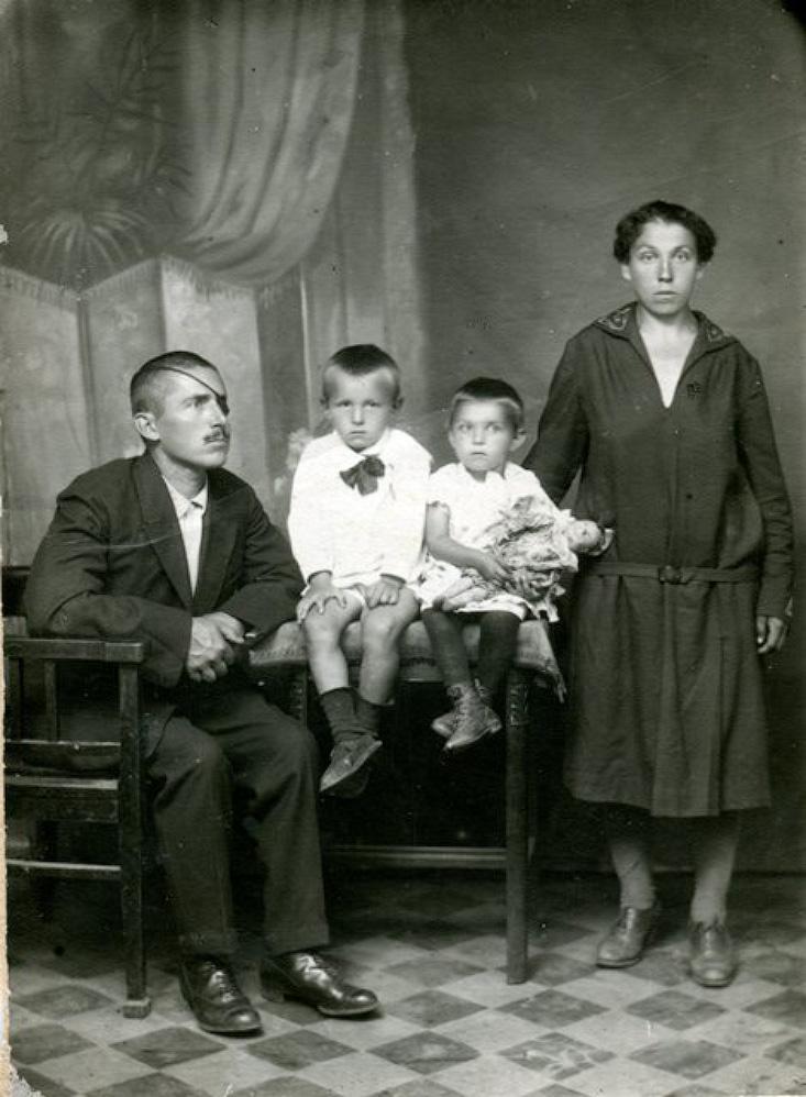 Макаров Гавриил Иванович вместе с сыном Виктором, дочкой Женей и женой Прасковьей Ивановной. Семейный архив