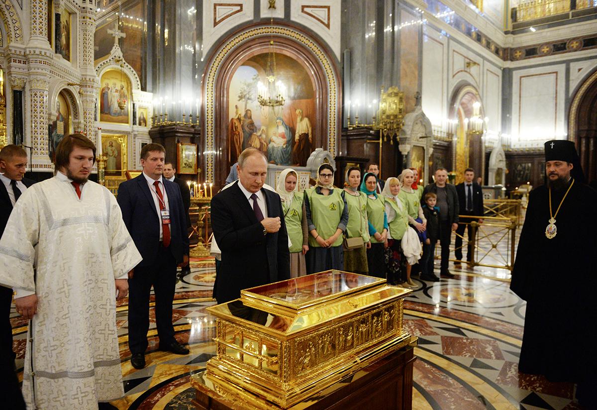 24 мая,  после поздравления Патриарха Кирилла с днем тезоименитства, Президент РФ В.В. Путин поклонился мощам св. Николая Чудотворца в ХХС(2)