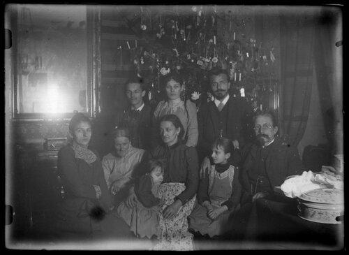 Gruppenbild unterm Christbaum