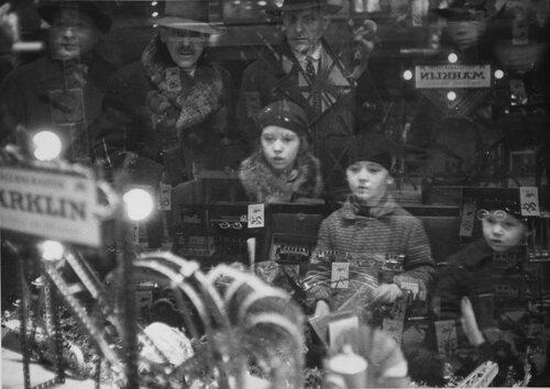 Kinder vor der Auslage eines Spielzeuggeschдftes