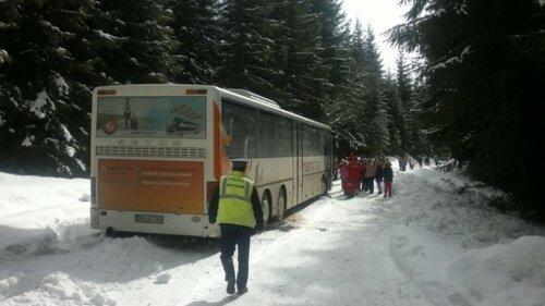 Автобус с пассажирами на 8 часов в сугробах Румынии без помощи