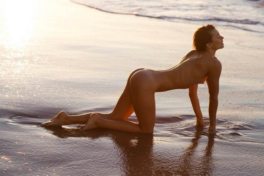 Обнаженная Оливия Фришер на пляже