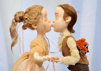 Открытка. С днем поцелуя! Поцелуй с букетом за спиной
