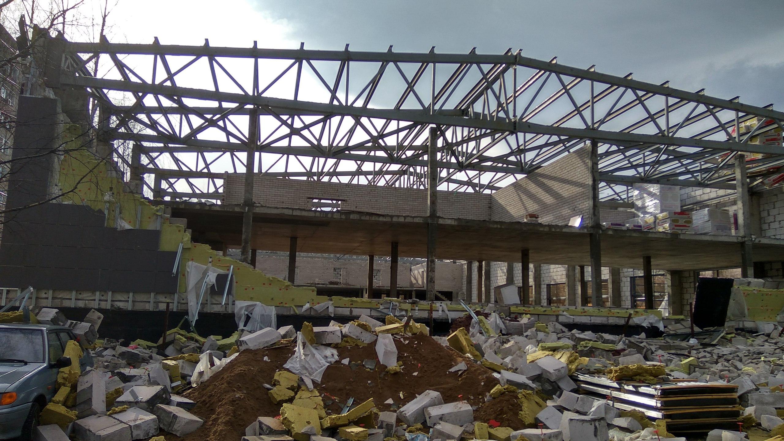 Разрушенные стены спорткомплекса