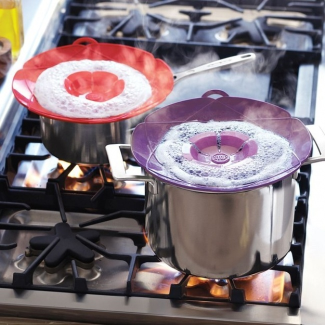 © surlatable.com  Стакими крышками плита еще дольше будет оставаться чистой.  Дозатор для