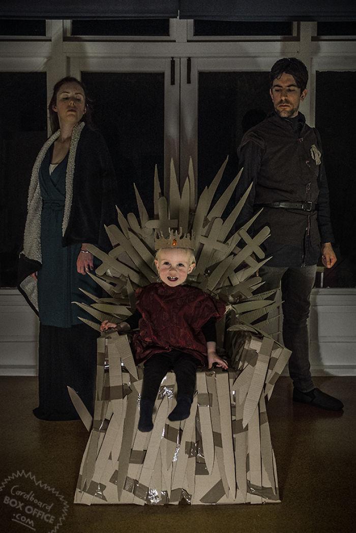 Картон и немного фантазии: двухлетний мальчик и его родители воссоздают сцены из кино и сериалов (20 фото)