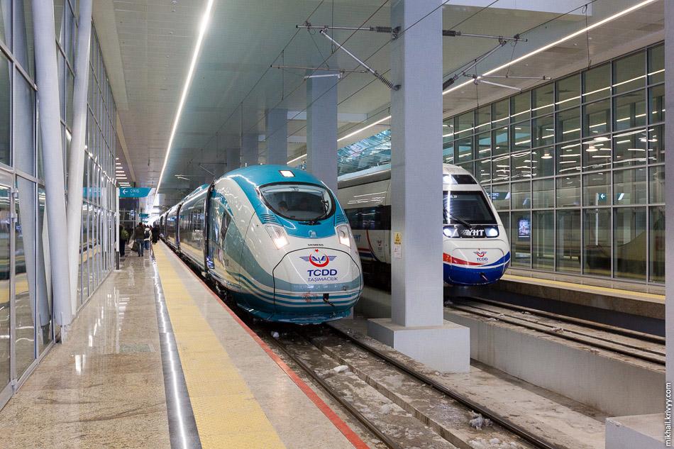 31. Поезд TCDD HT80101 (Siemens Velaro TR) на вокзале Анкары. Маршрутная табличка расположена н