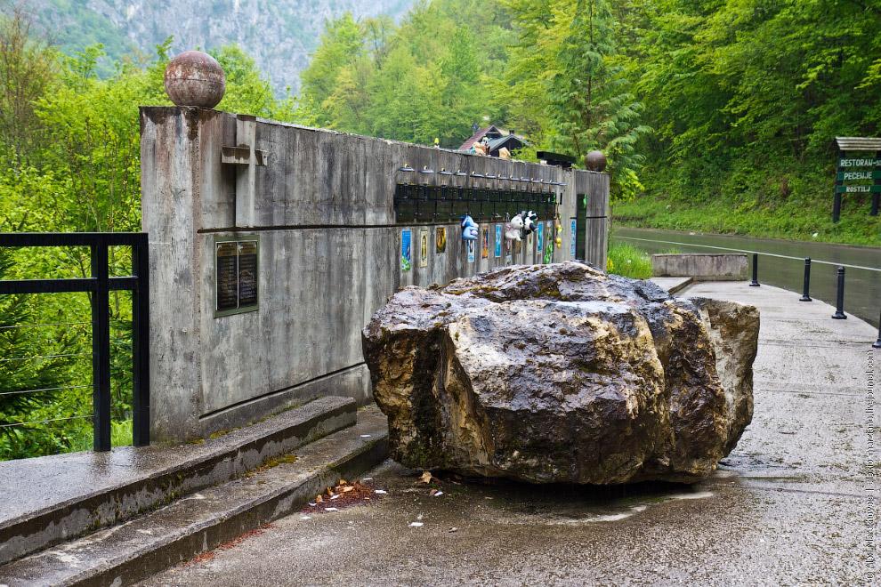 12. На месте страшной трагедии родители погибших детей установили мемориальный комплекс со скул
