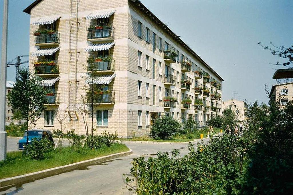 Дома строились по типовым проектам и были лишены всяких архитектурных излишеств. Квартиры проектиров