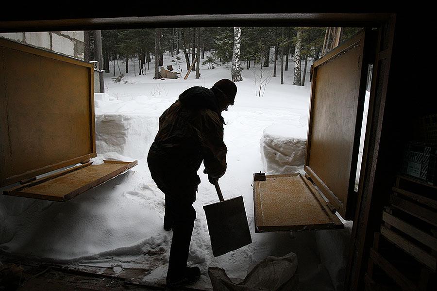 Двери «ангара» зимой заметает, поэтому они еще и складываются снизу.
