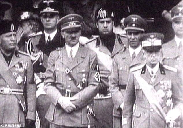 Король Италии Виктор Эммануил III (справа), Адольф Гитлер (в центре) и Бенито Муссолини (слева) набл