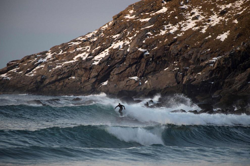 13. Так выглядит суровый, очень красивый арктический норвежский серфинг. (Фото Olivier Morin):