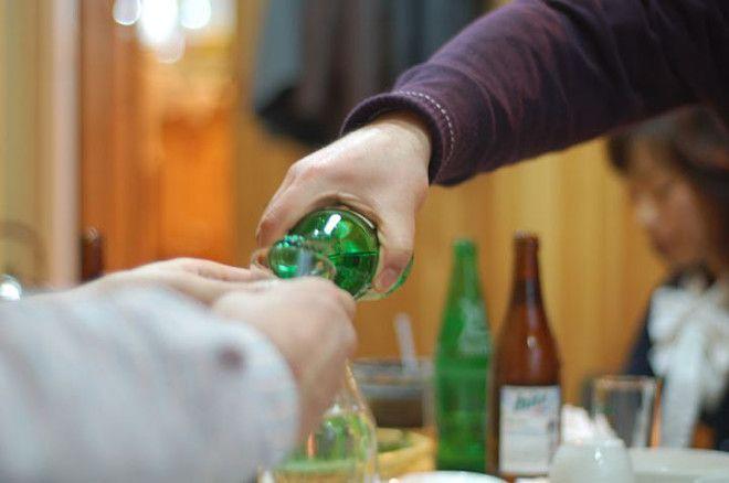 В Корее, когда берете напиток из рук пожилого человека, поднимите чашку двумя руками. После получени