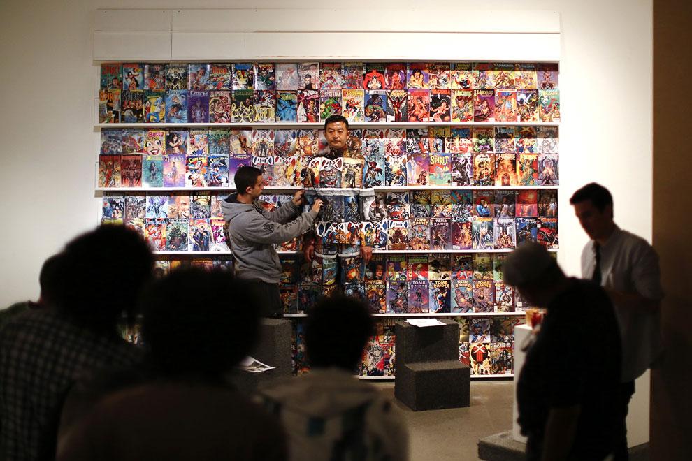 С ним работает группа художников. Работа кипит. (Фото Reuters | Jorge Silva):