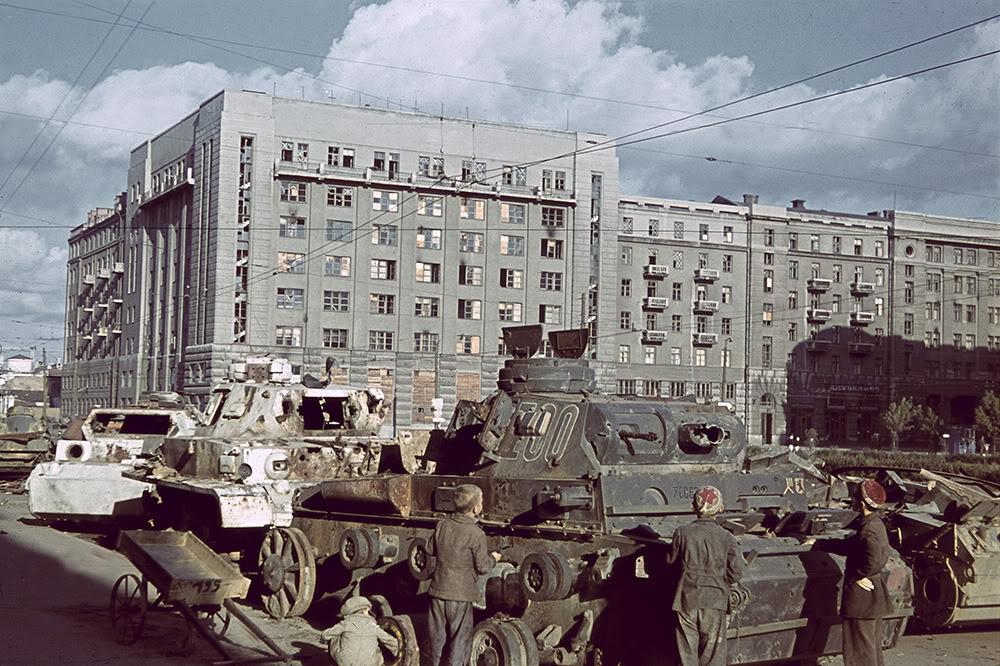 16. Дети рассматривают подбитые немецкие танки, собранные на Привокзальной площади (со стороны главп