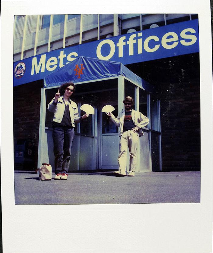 29 апреля 1986 года: Джейми был фанатом бейсбольного клуба «Метс». На фотографии он с другом покупае
