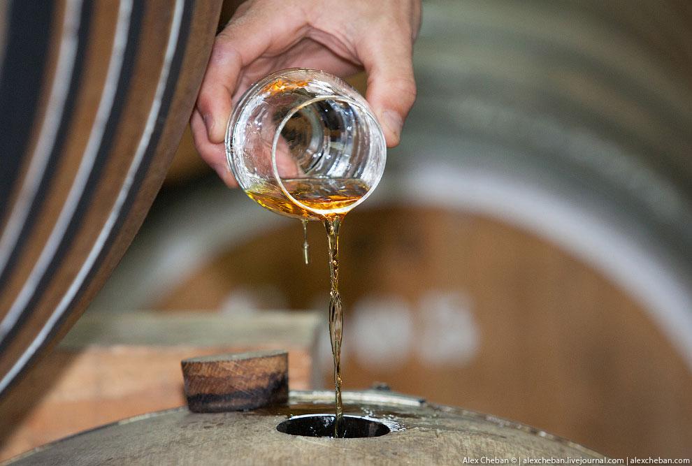 Малая бочка вмещает 220-400 литтов. Большая бочка: 1000—6000 литов.