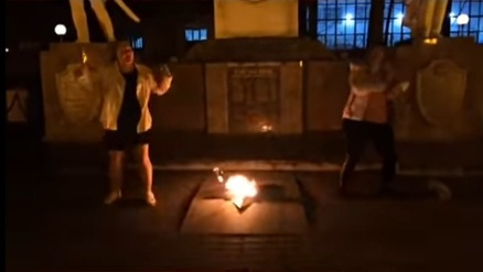 ВГорячем Ключе две девушки станцевали около бессрочного огня