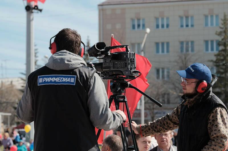 видеооператоры на первомайском празднике снимают праздник